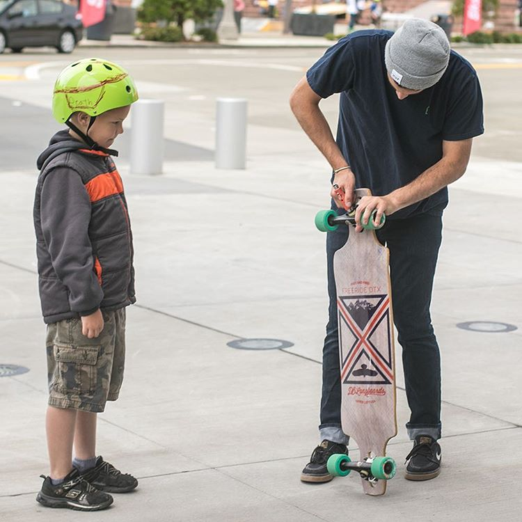 Our sales rep Ian Hilger teaching a gromlet the basics of longboarding at @alchemy_skateboarding Go Skate Day Tacoma. #goskatedaytacoma #longboard #longboarding #tacoma #goskateday #goskatetacoma