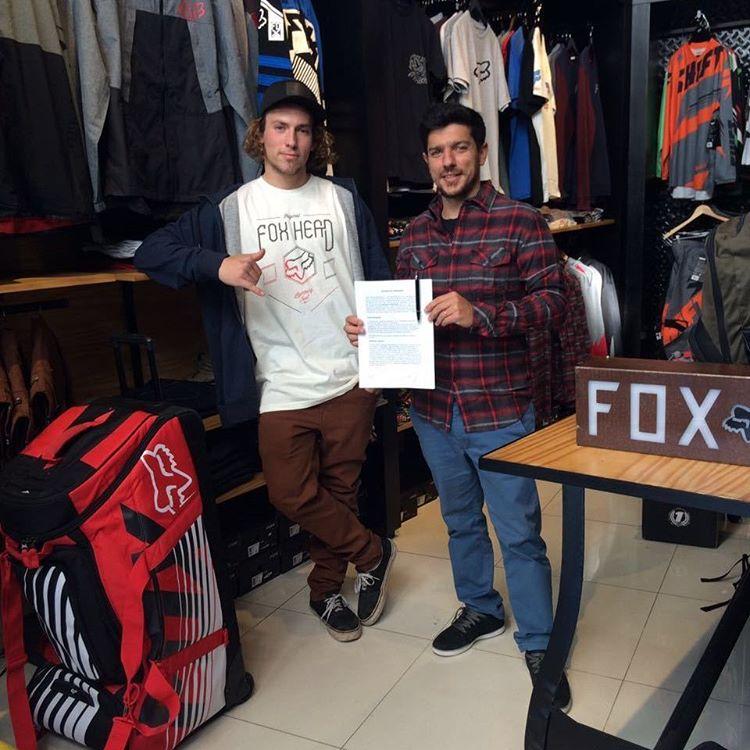 Orgullosos de estar otro año mas junto a @Ezescabio. Bienvenido al Team Fox! #FoxHeadArgentina