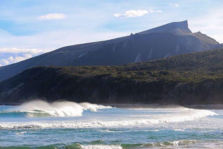 Todos los lugares tienen su día - Peninsula Mitre en un día soleado. #tierradelfuego #peninsulamitre @reefargentina #southamericasurf @patagonia @patagonia.arg