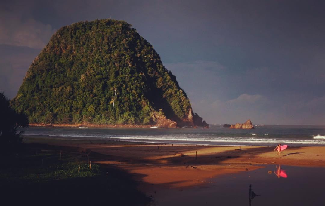 sunrise in red island, java ✨ @mojosurf_au • • • #MojoSurf #LivinTheDream #LearnToSurf #MojoLiving #ShareTheDream #Mojosurfbali
