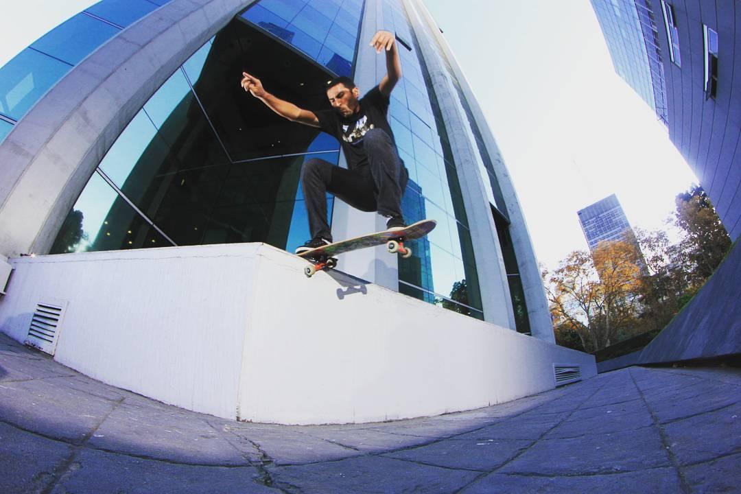 Daniel Marquez probando el pop de las tablas Lab  Crooked micro centro Porteño
