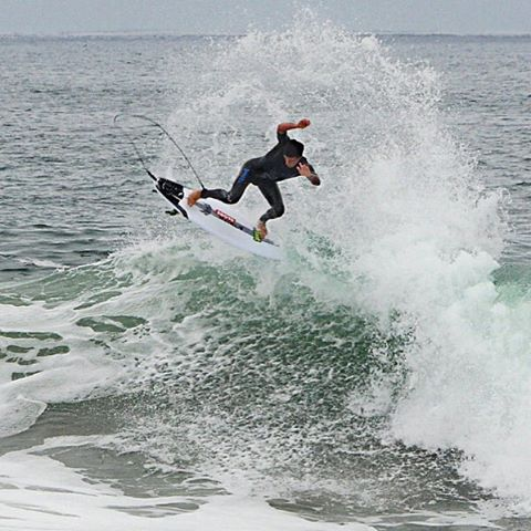 Billy blowin' tail in HB this morning on his 5'8 #Driver in #CarbonWrap construction. @__billyhopkins @carbonwrap_lostsurfboards