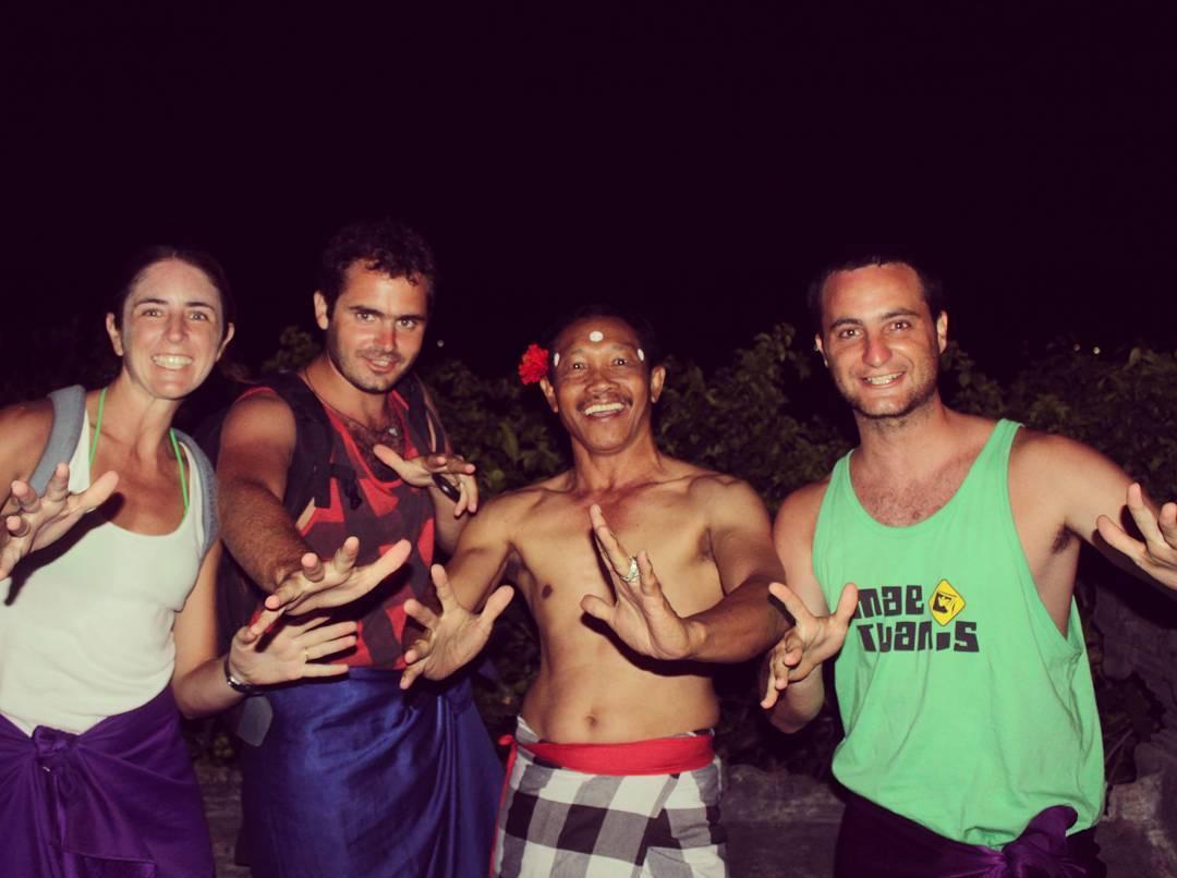 En nuestro paso, por Indonesia, aprendimos el Baile del Kechak! #maetuanis #surf #surfing #uluwatu #bali #indonesia #kechak #dance