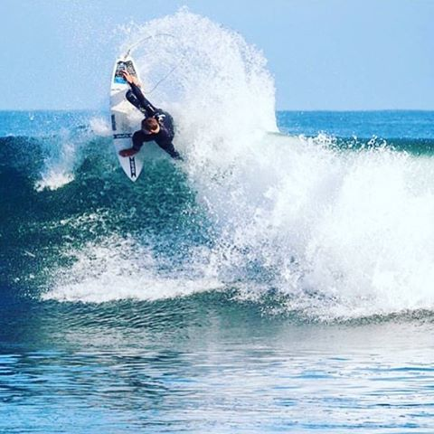 Tail high into the back half of the work week....the weekend is just around the corner.....@tylermorrisutf #teamprolite #surftravel #microdot