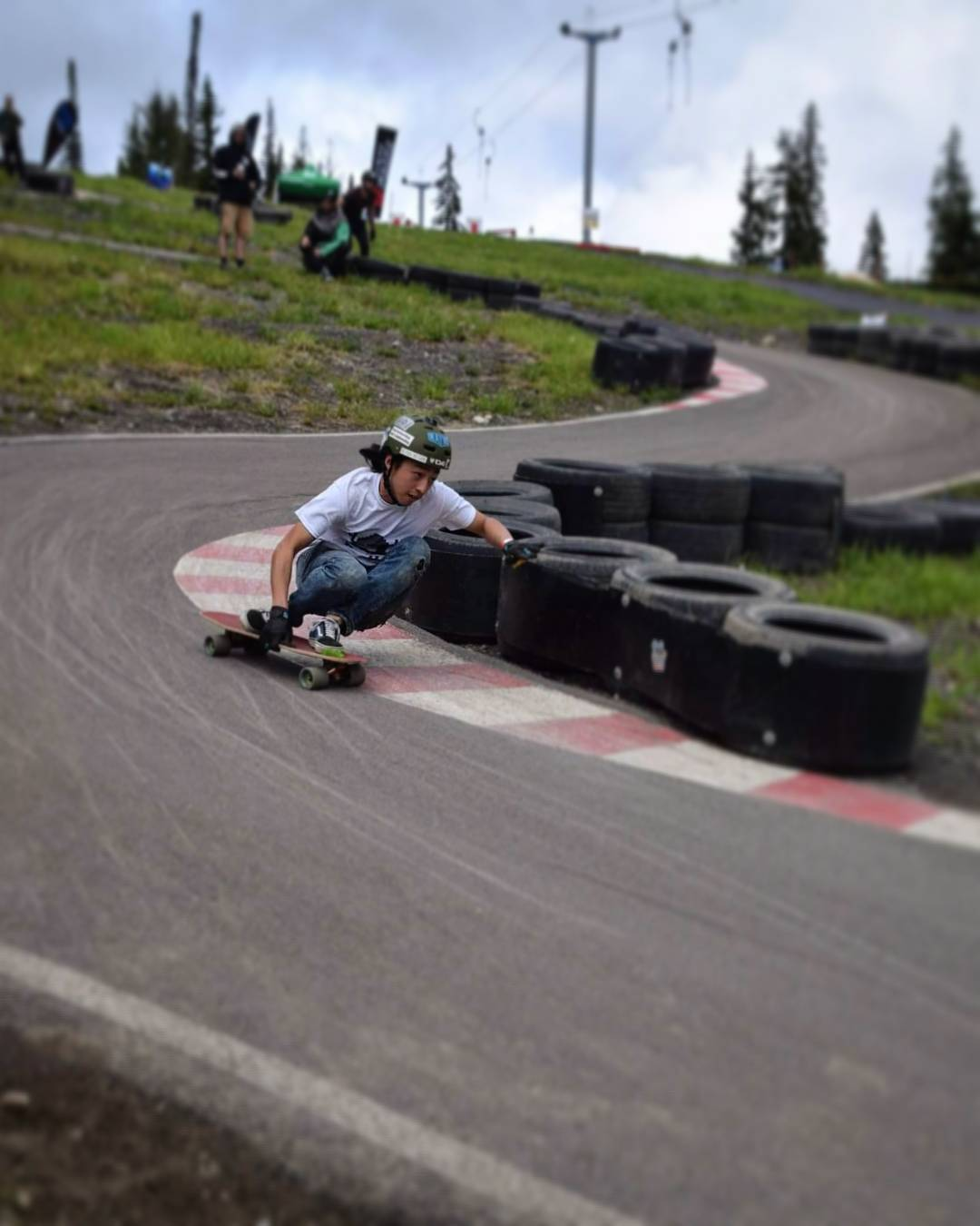 Along with the tight corners, smooth pavement, and magic carpet ride back to the top for the freeride at #skatesunpeaks came the time trial which @be_choi took 3rd place in! Congrats on dialing those lines, keeping out of the tires and having a great...
