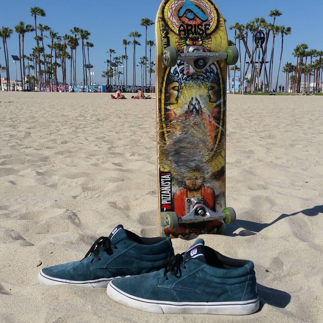 Transcurriendo en Venice #believeskateboards #BluntFootwear
