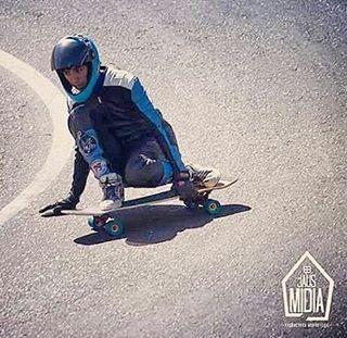#Freestyle #street #bowls #parks #freeride y #Downhill !!! @cris_cio mostrándose multifacetico. Sólo necesita su #SlyZero #oneboardquiver #slyskateboards #dominalasmontañas #slyskateboardsteam #doordie #befreeskatefree. Créditos en la foto.