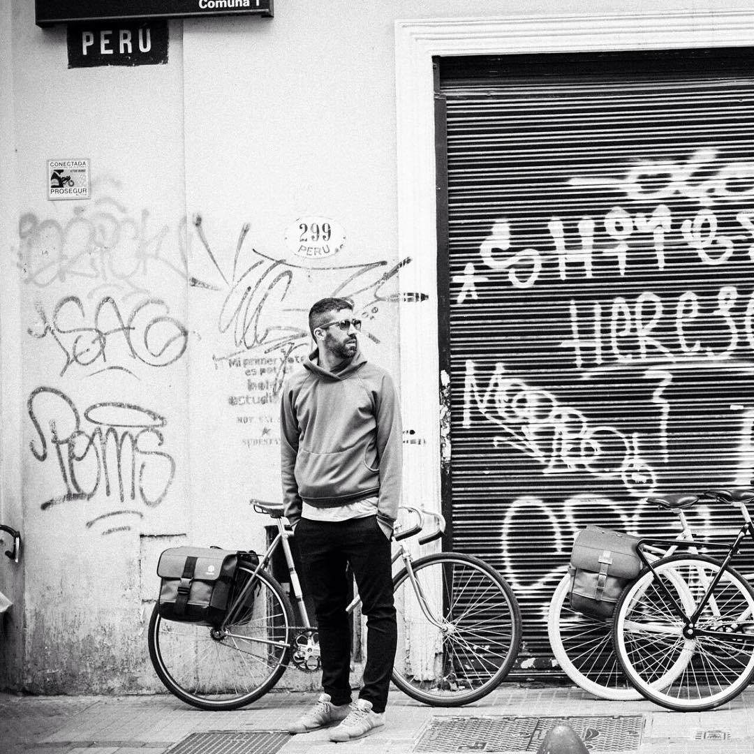 Descubrí la Ciudad en Bici > barrio San Telmo, calle PERU. > ph: @felixbusso #buenosaires #streetfashion #streetart #mejorenbici