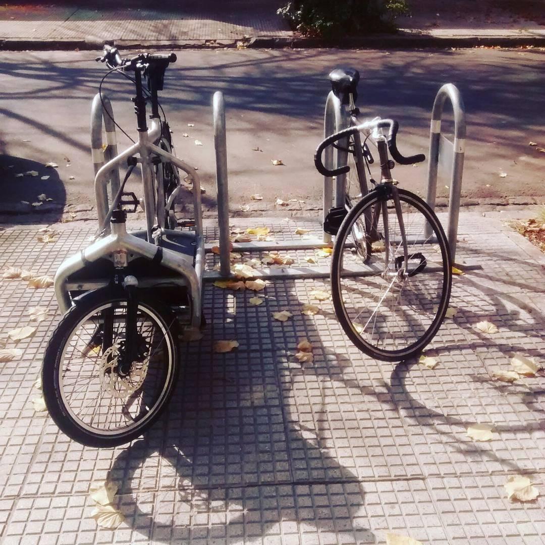 Hoy estamos en el showroom. Dejas la bici en la puerta, nosotros invitamos el café. #ciclistaurbano #accesorios