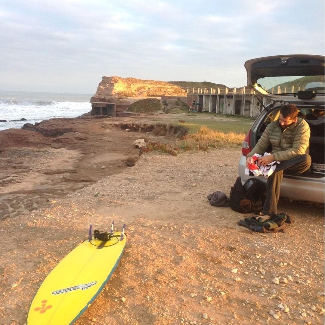 #teamrider @santiagogaramendy a punto de disfrutar un atardecer más en Mar del Plata.  #surf #surfing #sunset #wetsuit #thermoskin #beach #beachlife #actionsports #boardsports