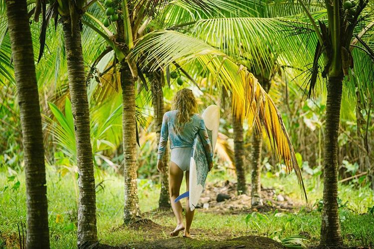 How many shades of green can we see in the jungle?  @leahloves delights in counting colors as she walks towards towards the surf with her self-made board wearing the #seeasantander in marble  Photo by @Nick_Lavecchia #myseealife #seeababes