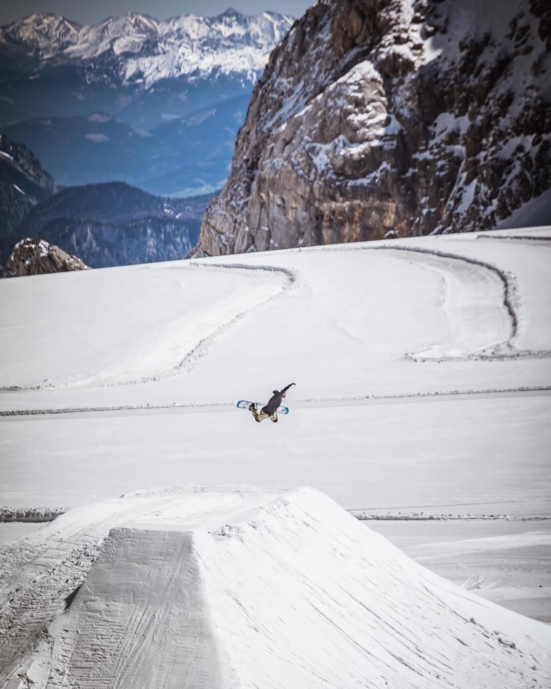 Daniel Limmer @limmerdan #thriveaustria #method #snowboarding #hipjump #photo @wolf_wieser_fotoworkx #thrivesnowboards #relentless