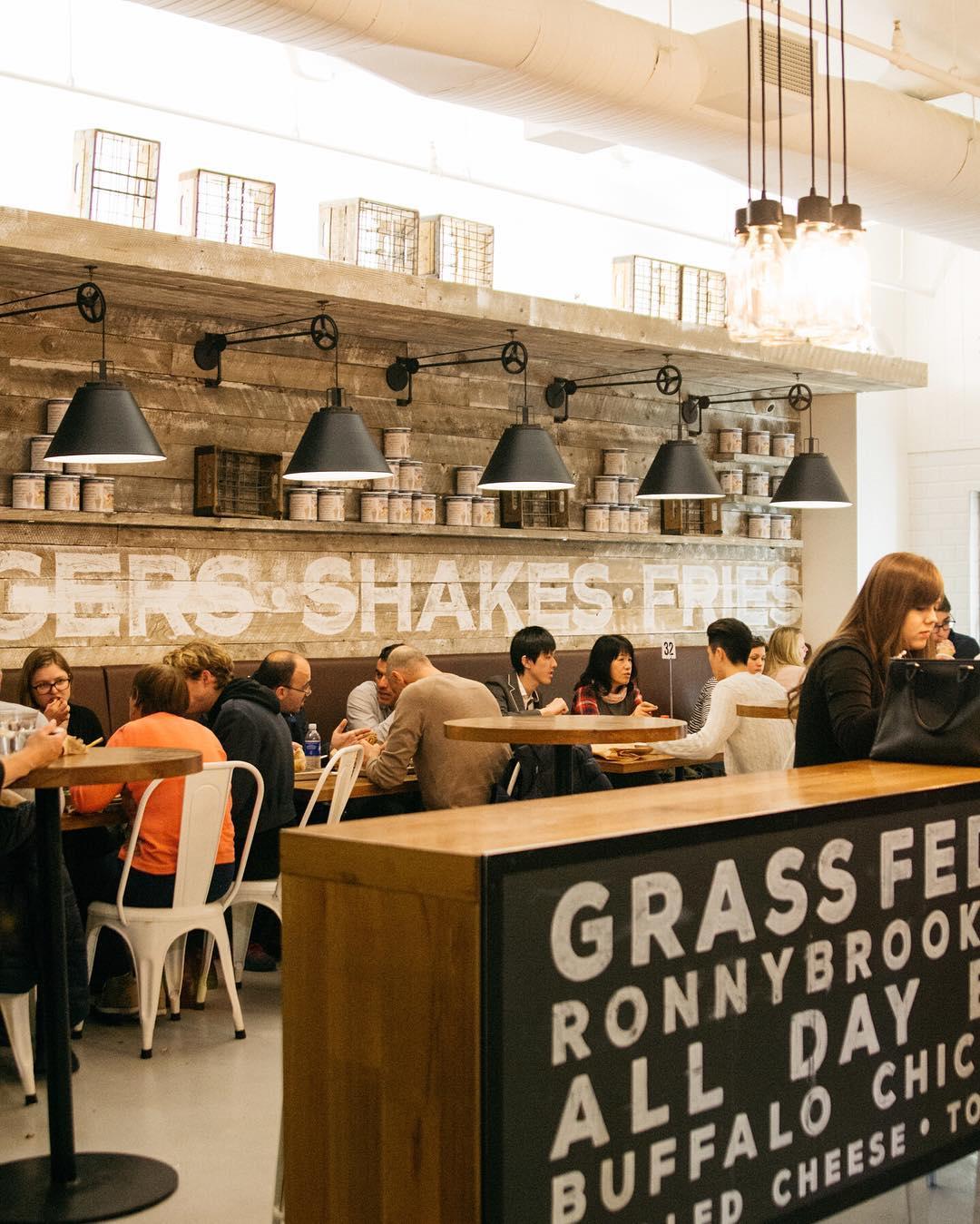 Perfectas hamburguesas y shakes en @ronnybrookfarm del Chelsea Market.  #recomendadot&l