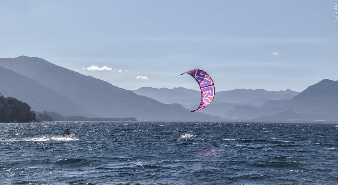 Frida. Ph: #nouuei Spot: @paradormeliquina #frida #kitegirl #kite #kitesurf #landscape #meliquina #lake #nature #blue #pink #frida #enjoy #adventure #sports #mountains #patagonia #ridingpatagoniavari #varikites