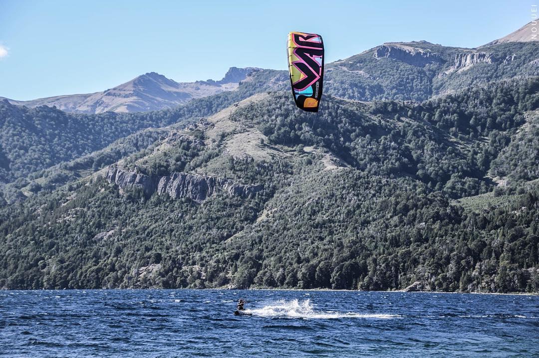 Enjoy life. Ph: #nouuei. Spot: @paradormeliquina #kitesurf #varikites #lake #colors #k2 #enjoy #nature #meliquina #patagonia #argentina