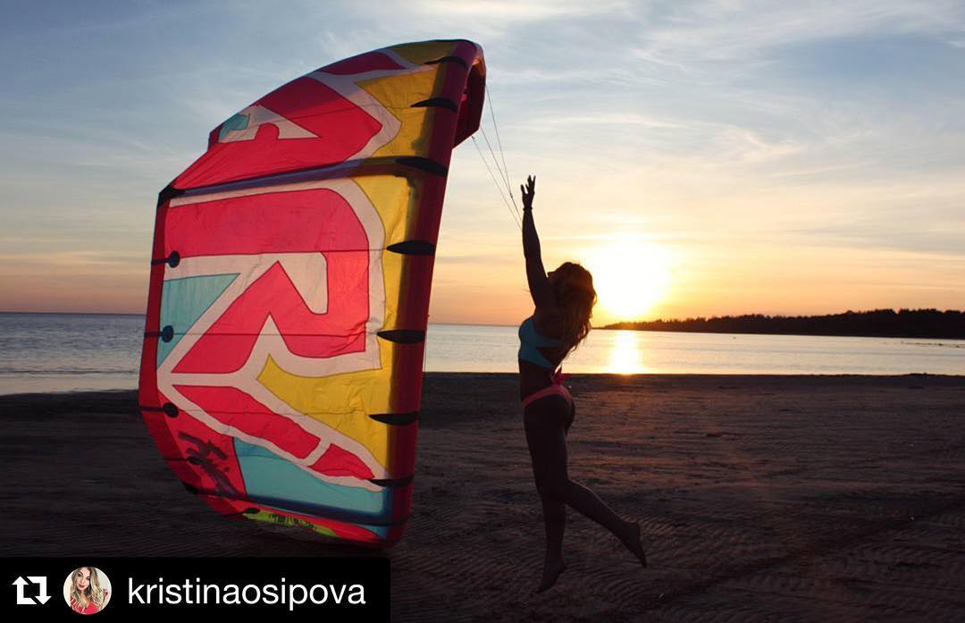 @kristinaosipova with her Frida! #summer #sunset #kitesurf #kiteboarding #kitegirl #kitebeach #varikites #varifamily #frida #kite #team