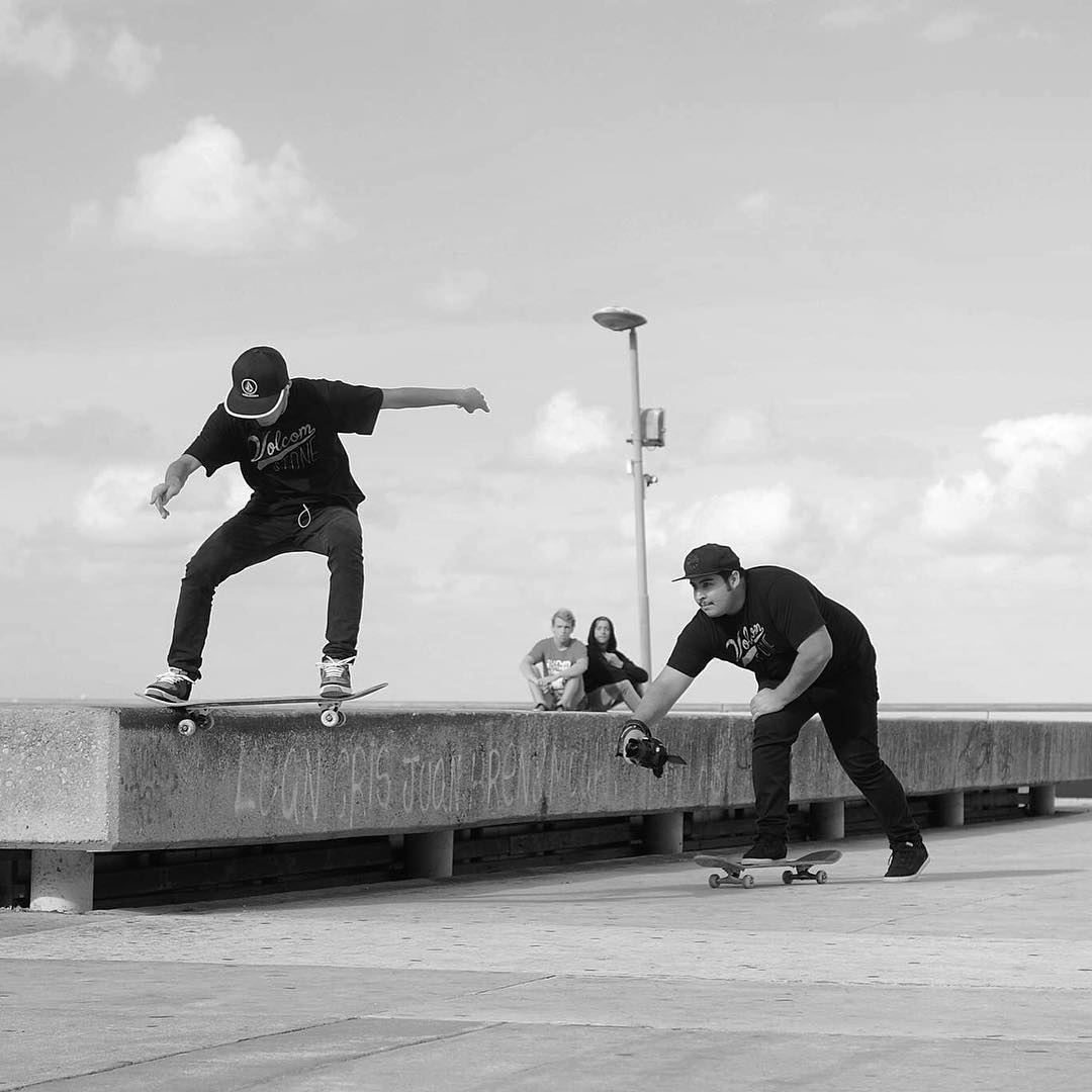 La combinacion entre Rider y Film maker, Santiago Rezza de noseslide seguido por Jor Moore. Registrando imagenes en una pasada por Mar del Plata.  #volcom #volcomskate #reallifehappening