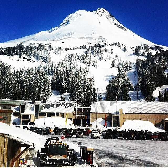 It's a good day to be a #MtHood local. Fresh snow over the past few days and #Bluebird today. Where else are the conditions this good right now? Go #Snowboarding