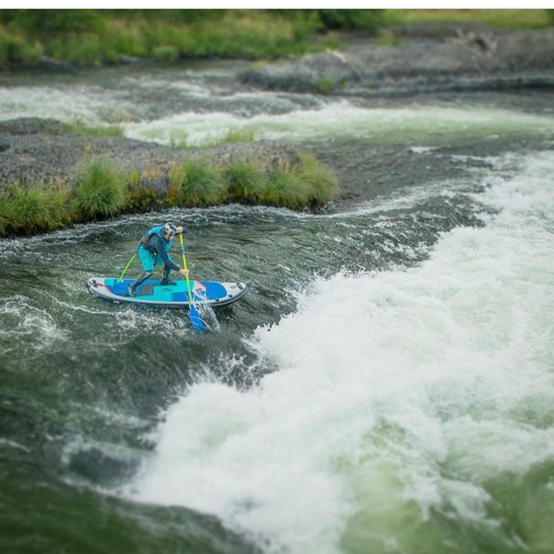@suppaul_pics paddling down Oak Springs rapid on the Deschutes River!  #halagear #adventuredesigned #paddlewithfriends #isup #inflatable #standuppaddle #paddleboarding #suplifestyle #adventurers #sup #supthemag #repostmysup #stand_up_paddle #paddle...