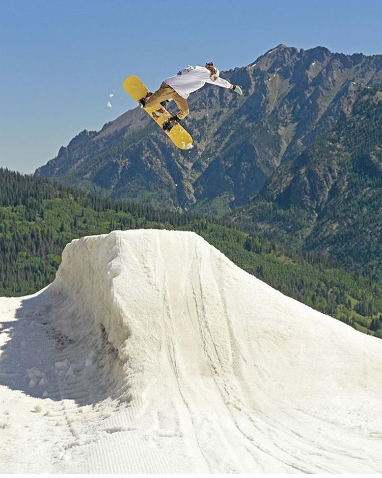 @freshchowda styles out a Rocky Mountain Method on his @dinosaurs_will_die snowboard at @woodwardcopper takeover day 3