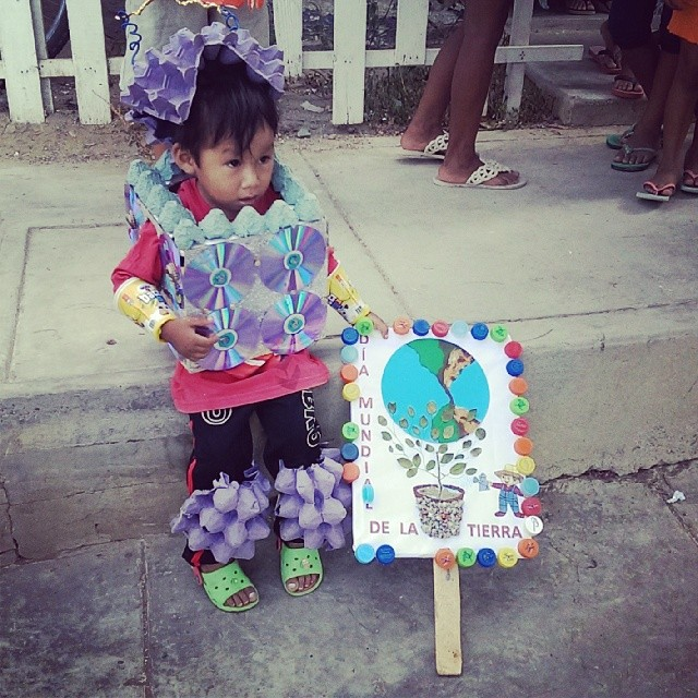 This is how we celebrate Earth Day in Lobitos; recycled materials costume contest!