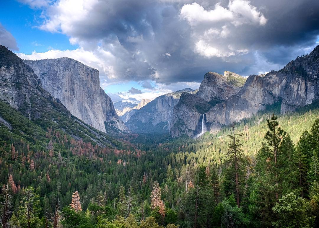 Where is everyone heading for the holiday weekend? The Yosemite Valley never fails to impress. Photo by our own @davidanhalt. #findyourpeak
