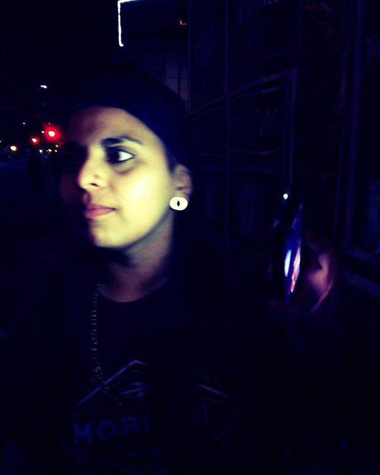 Si a la negra no la iluminan, no se ve en la noche