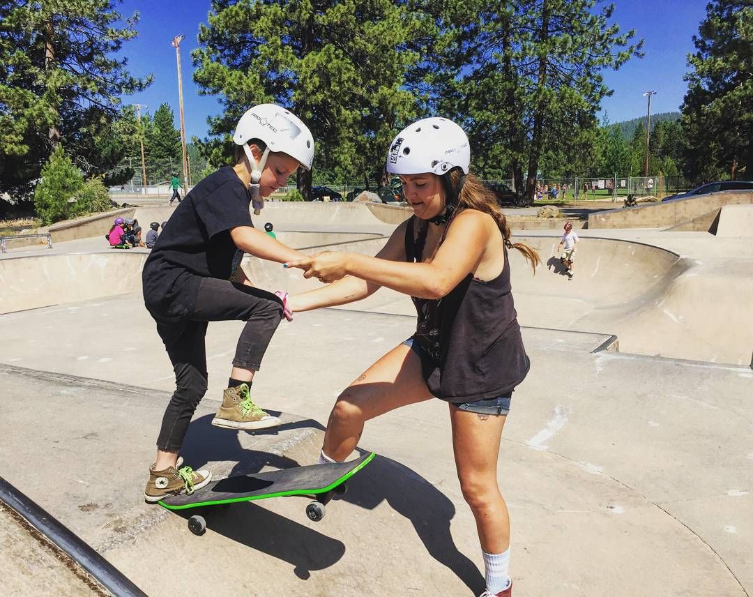 The view from the top can be an intimidating one. Luckily Tahoe's participants look out for their fellow shredder! Thanks @daffyboardco for the boards #skateandenjoy