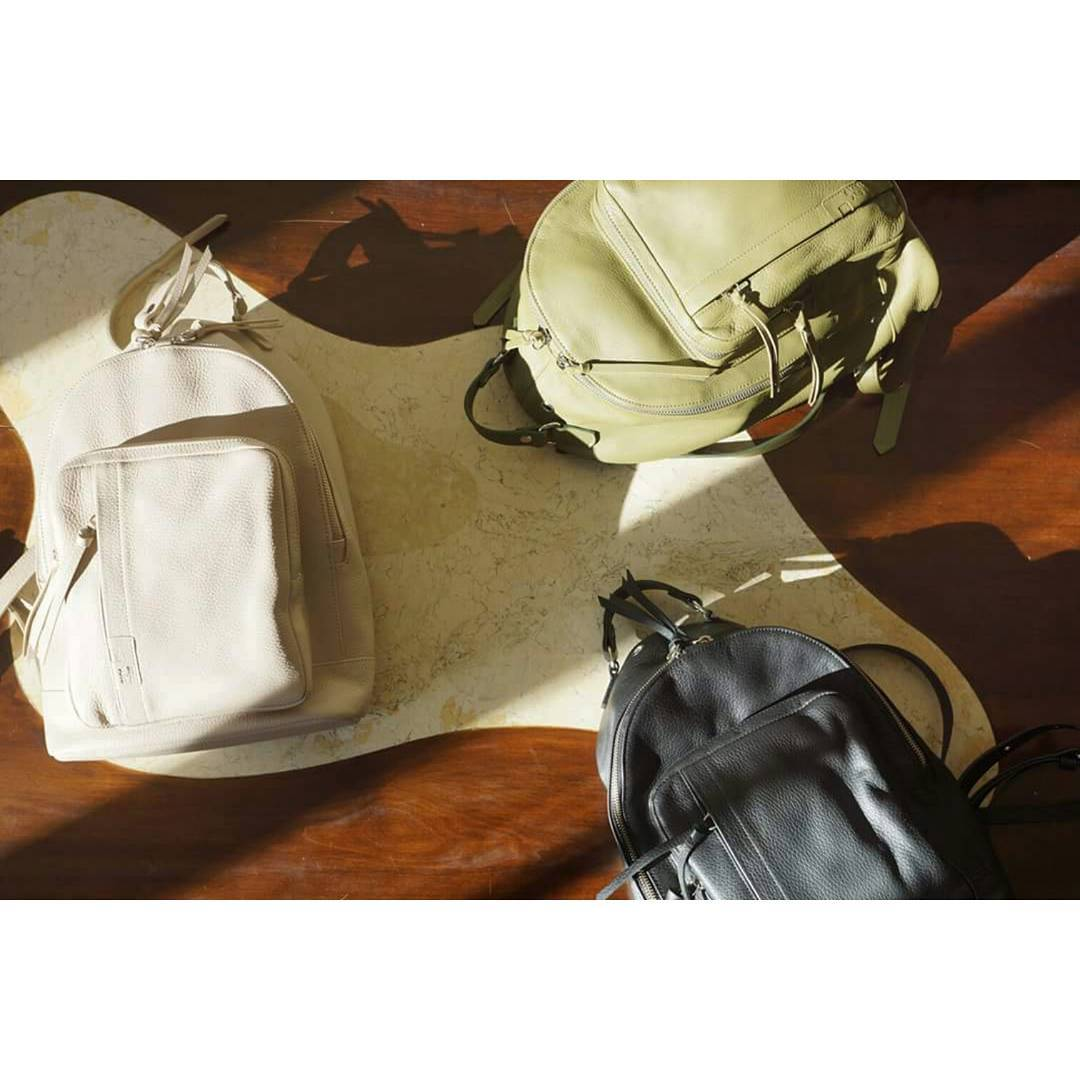 Mochila Nuez 100% cuero natural en nude, militar y negro. Disponible en www.mambomambo.com.ar  100% natural leather Nuez backpack in nude, green and black. Shop at  www.mambomambo.com.ar