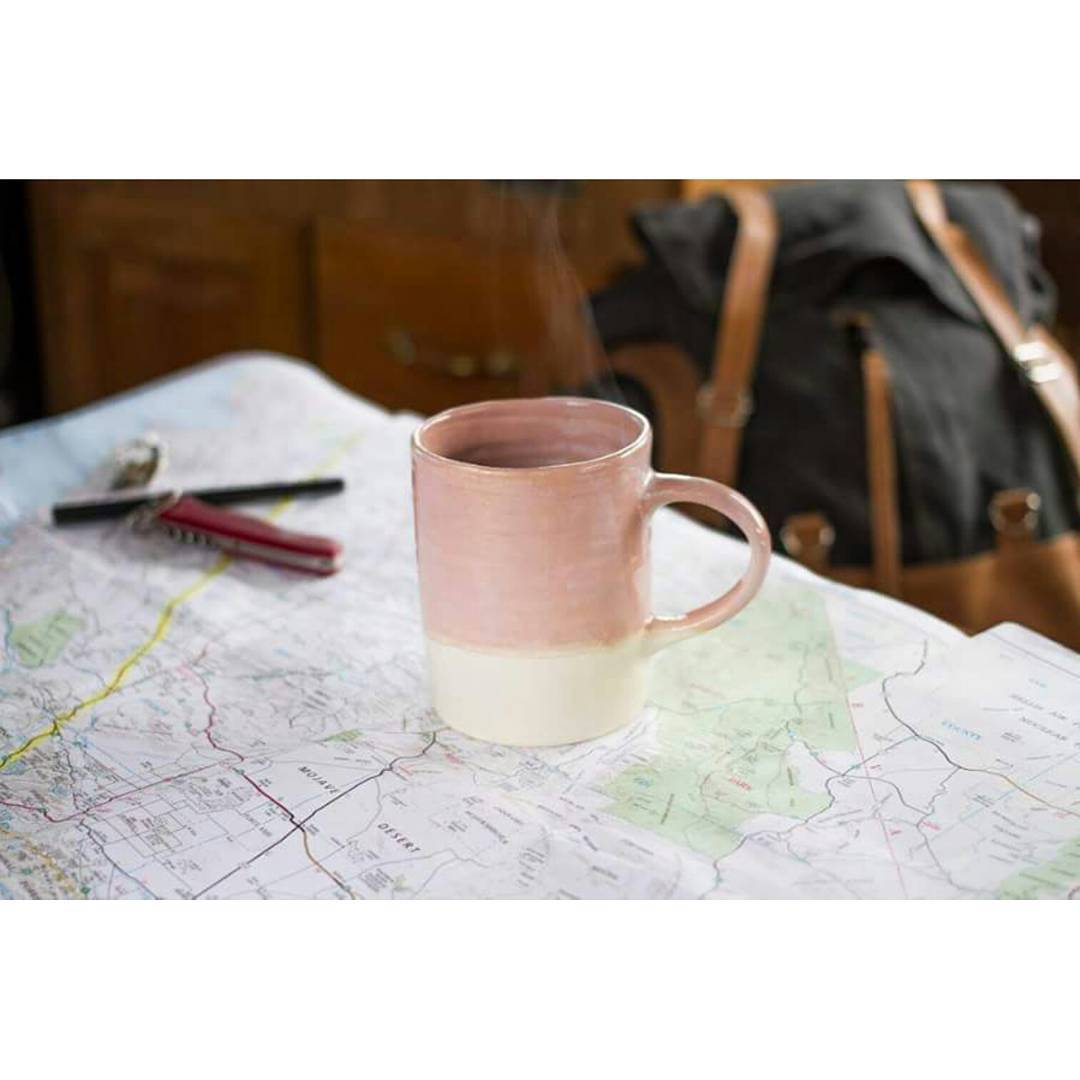 Pensando en paraísos  y eligiendo nuevas rutas, esta mañana junto a un café.  Taza rosa de la línea Casa Mambo y mochila Junco de nuestra serie Canvas Originals. . . . #canvas #original #casamambo #ceramics #traveloften #goexplore #gooutside #vanlife...