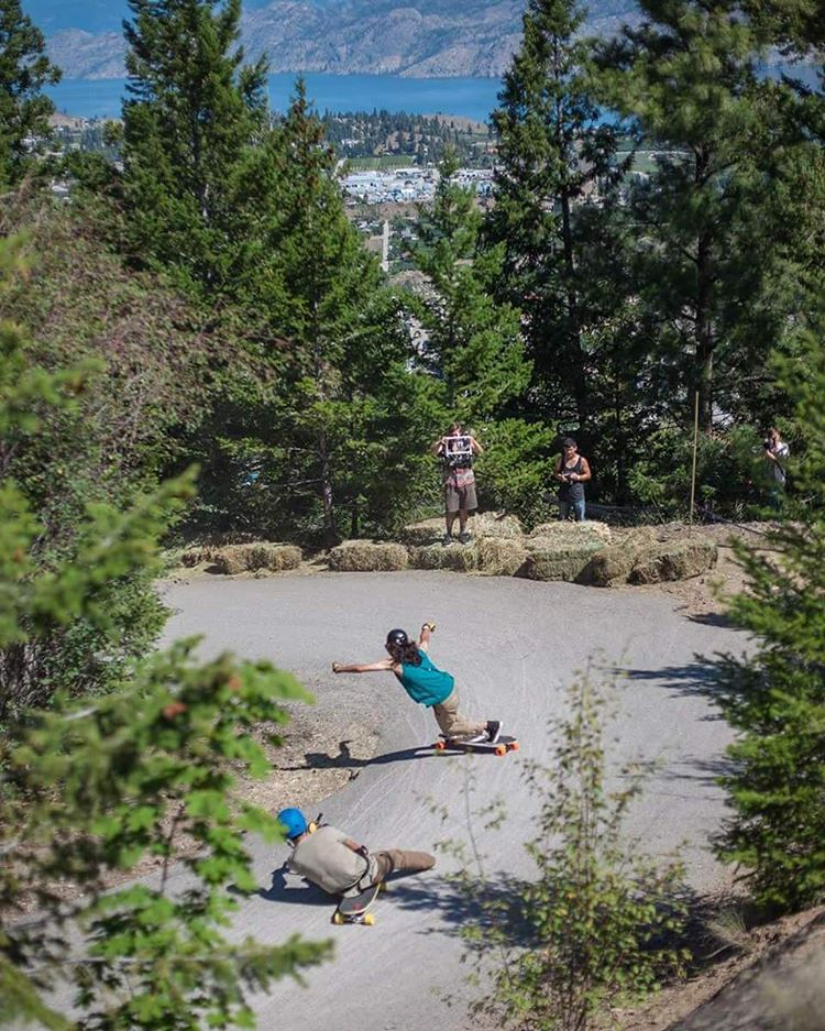 #LoadedAmbassador @ethancochard finally puts those buns to good use and follows #OrangatangAmbassador @sho_ouellette into a pinching left hairpin while filming with the hand he wipes with.  Photo: @thelamin  #LoadedBoards #GiantsHeadFreeride...