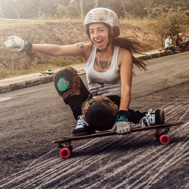 Go to www.longboardgirlscrew.com and check out @chelagiraldo's interview, one of the raddest Southamerican shredders. Lion Art photo #slidingistoomuchfun #colombia #longboardgirlscrew #stokeface