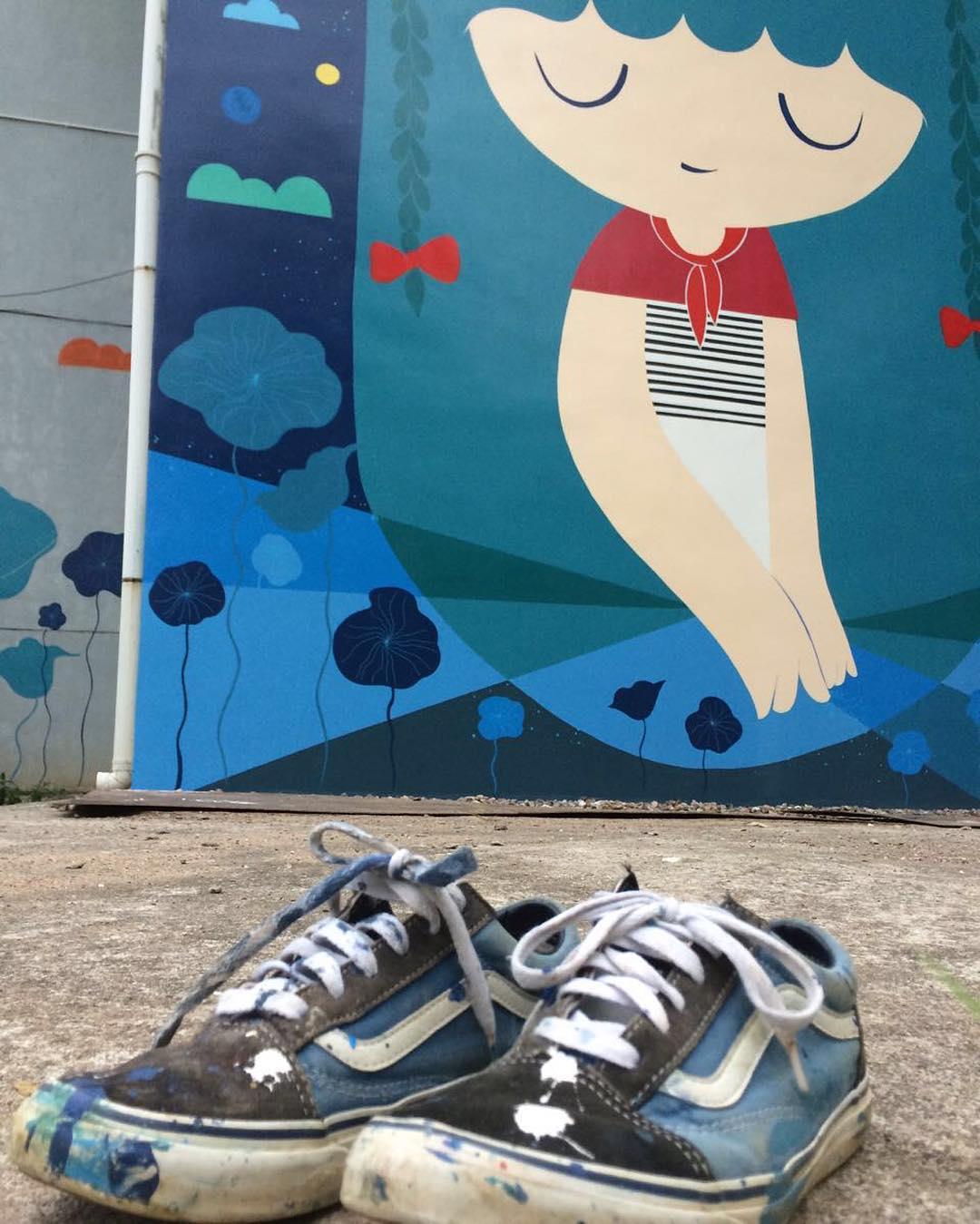 Pum Pum viajó a China y pintó terrible mural. Sus #OldSkool quedan allá, se las pidieron para una futura muestra de calzado de artistas