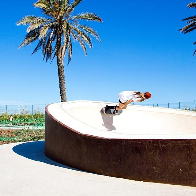 Go to www.longboardgirlscrew.com and check #AndreaWilshusen's snakeruns in Barcelona's newest skatepark. Vid by @manuena84. Photo by Angel Altés #girlswhoskate #longboardgirlscrew #summerishere #melonlikeaboss