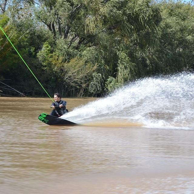 Probando otro tipo de tabla y otro estado de h2o #wakeboard #bsas #delta #argentina