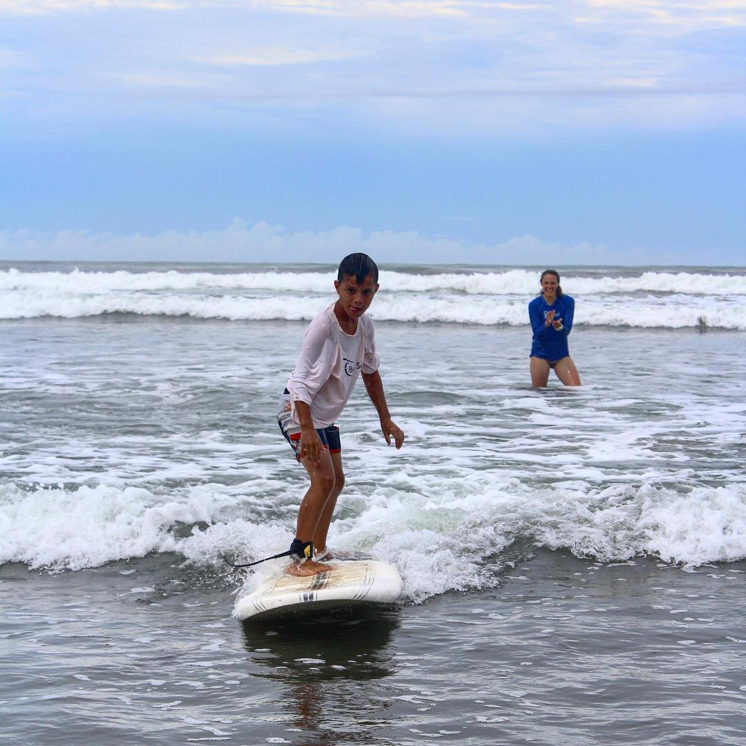 Only a surfer knows the feeling! International volunteers helping local kids at last week's Service & Surf Saturday!