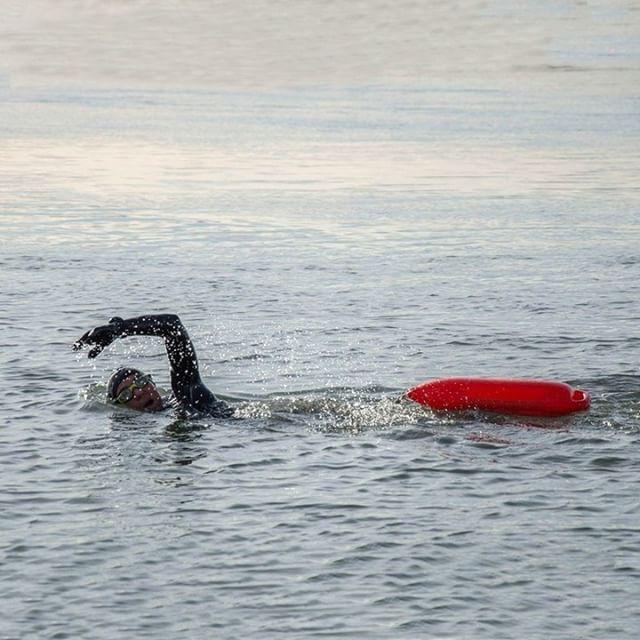 @alejandrabroglia nadando en solitario en el estuario de Río Gallegos a 5ºC ❄ con traje Triathlon de #thermoskin  #cold #patagonia #swim #swimming #ocean #wetsuit #triathlon #lifestyle #woman #women #girl #tri #openwater #training #neoprene #winter...