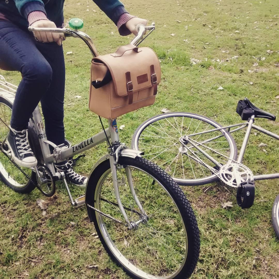 Siempre está bueno hacer una parada técnica. Sol. Pastito. Reponer energía. #dinamo #bolsos #bike
