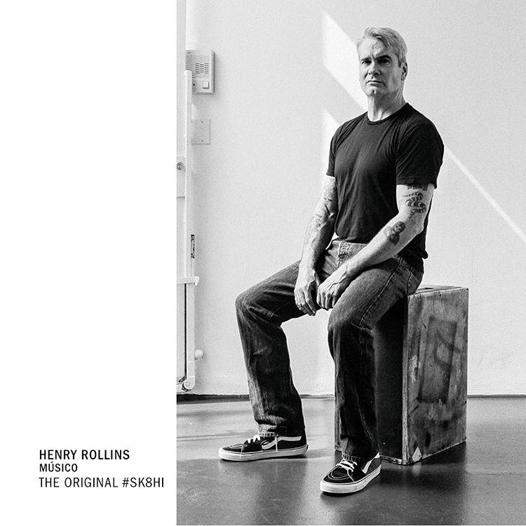A los 20 años Henry Rollins se mudó a California para ser el frontman de Black Flag. Conocido por su intensidad y agresividad en el escenario, continúa representando a la comunidad punk de los 80s usando sus #Sk8Hi.
