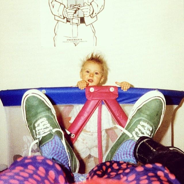 Kurt Cobain fotografiando a su hija Frances Bean con Vans authentic puestas