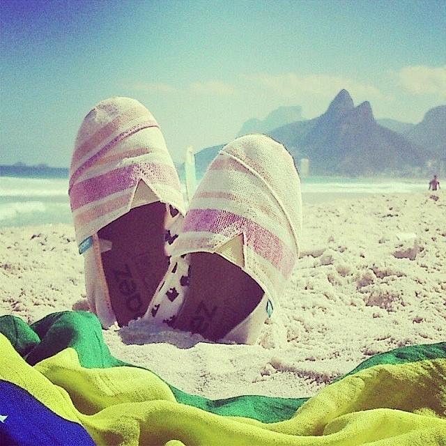 Peace ☮, Love ♥ and sandy feet ☼. @PaezBrasil #PaezShoes #PaezTroya