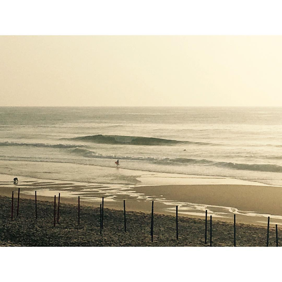 praia grande / Portugal. this was the line up two days ago when Portugal was playing soccer - pretty empty and glassy  #awesome#awesomesurfboards #portugal #summerswell #surfwhenothersplaysoccer
