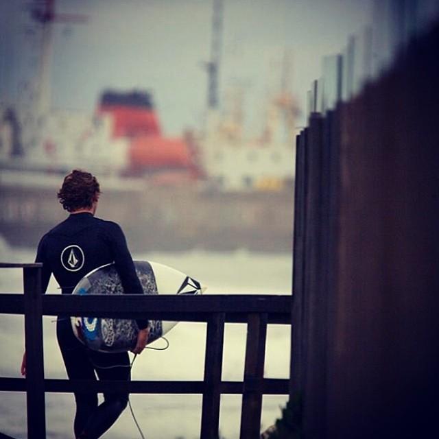 Buen martes a todos desde Mar del Plata con @felisuarez1 Ph: @juanbacagianis #volcom #volcomfamily #surf #MDQ