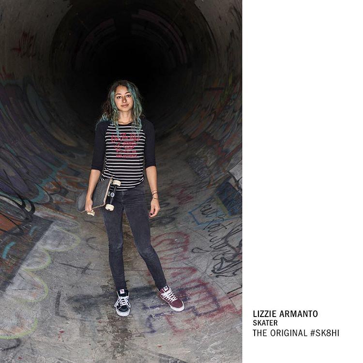 En los míticos spots de Santa Mónica, Lizzie Armanto patina en #Sk8Hi y representa a la nueva generación de skateboarders, tanto mujeres como hombres.