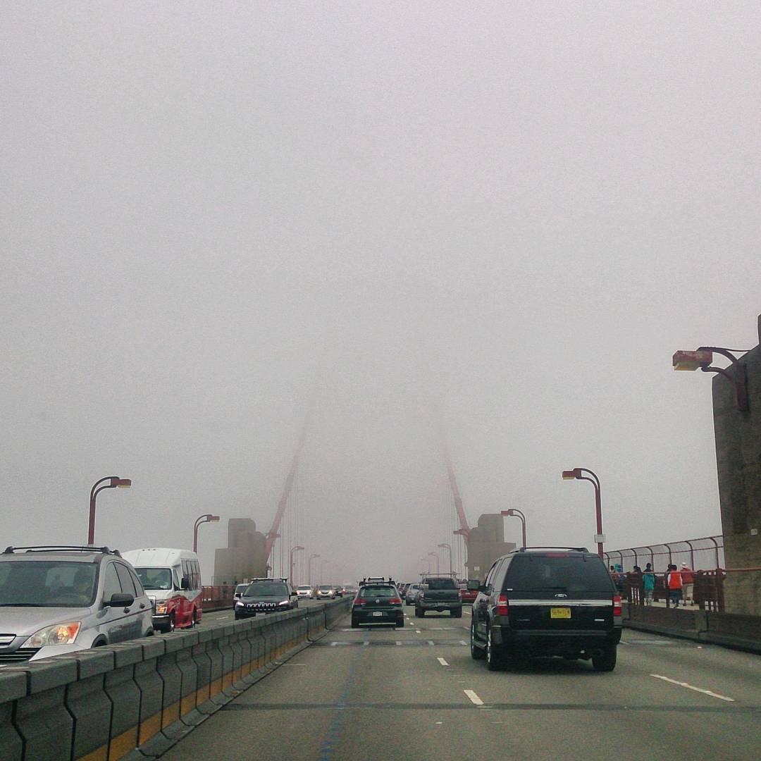 Si otra del #GoldenGate pero esta vez no esta el puente... Asi es cruzar el puente con niebla. #Frisco #USA