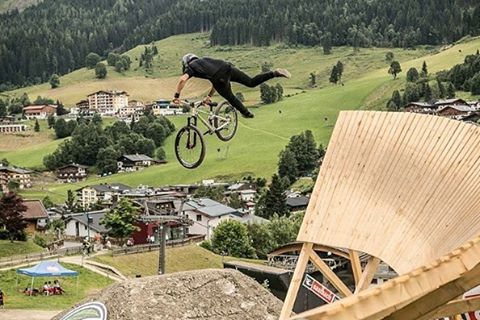 "#MondayMotivation aka/ Weekend #Repost from @tomaslemoine @saalbach_com ""Whippin out off the wall #glemmride Photo: @richkphotography"" Congrats to Tomas on riding to 4th spot podium AND getting #Hero of the day award!! #Stoked #SixSixOne #661Protection..."