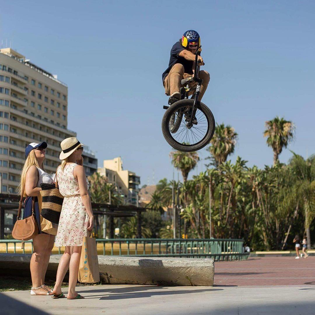 Este t-bog buenísimo es de @ikibmx en el mítico spot Plaza de la Marina (Málaga). Las chicas dieron su veredicto: