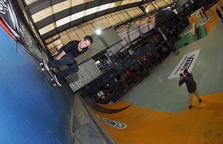 Tremendo wallride de @axlmat en su pasada por @ehparkparadise_skatepark #SpiralShoes #TeamSpiral #Skatelife #Skatelife #Skateboarding