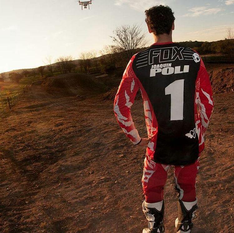 @nico_jimenez_fotos -  Hoy #atardecer en una de las pistas de #motocross #mas lindas de #Argentina ...... junto al #campeon de #mx1 @joaquinpoli199 ...... #canon6d #sigma #fox #foxhead #foxheadargentina