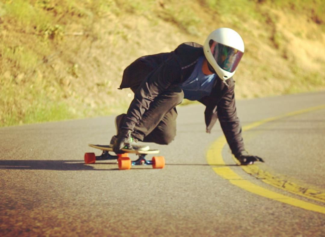 @sunghxxn high speed up at #lookoutmountain !  Wheres your favorite place to downhill? #longboard #longboarding #downhillskateboarding #highspeed #colorado #mountains #coloradolife #5280 #denver #milehighcity